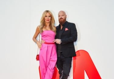 A jsme u MALL.cz Party. Simona Krainová v úžasné barevné kreaci růžová - červenéá - broskvová. Jo a s manželem Vagnerem