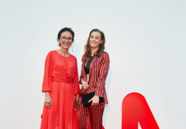 První dáma byznysu Libuše Šmuclerová s dcerou, která vypadá výborně. Paní Libuše... No, považujme to za výjimečnou módní chybu, která se přihodí tak jednou za deset let