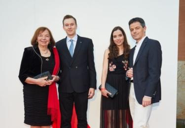 Na MALL.cz Party dorazila i paní Livie s rodinou. Červený šál přes černý outfit - dokonalost sama. Rodinka totéž
