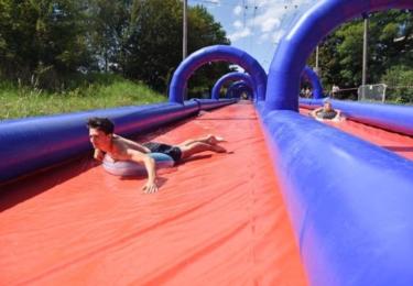 Slide Czech. Obří nafukovací skluzavka o délce až 300 metrů, což je třikrát víc, než jsou například rozměry fotbalového hřiště
