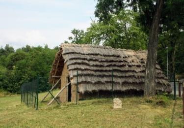 Obydlí našich předků nedaleko pohřebiště