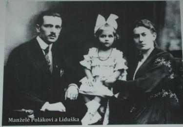 Malá Liduška s adoptivními rodiči