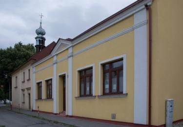 Kaple sv. Martina postavena v pozdně barokním slohu u vstupu do Smetanových sadů přišla dočasně o svou typickou věžičku.