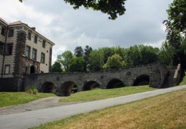 Most k zámku