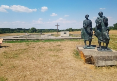 Slavníkovské hradiště s památníkem