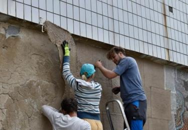 Muzeum města Ústí nad zahájilo práce na transferu mozaiky před hotelem Clarion