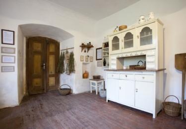 V Kittelově muzeu na Krásné (Pěnčín, Krásná 11) můžete vidět čarodějné knihy, tajemnou pracovnu i expozici lidového léčitelství a expozici pravěkých seker z Kittelovska.