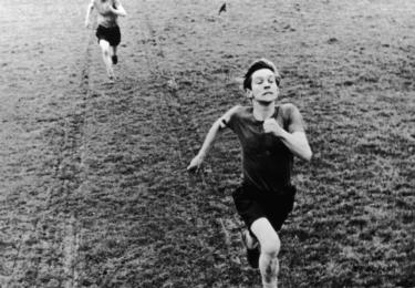 ČT art, podzim 2018: Mladý rozhněvaný muž Alan Sillitoe a nově se formující hnutí Free cinema - zfilmovali Osamělost přespolního běžce, vznikl britský kultovní film z roku 1962