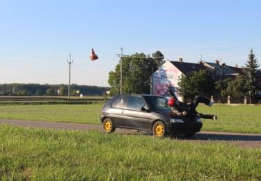 Testovací otočení auta na střechu výbuchem nebo proražení hořící stěny s kaskadérem na kapotě – to je pouze malá ukázka scén, které se odehrávaly ve Skašticích