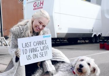 GoT: Emilia Clarke sdílela 10. května na FB toto. Stojí zde něco jako Poslední šance s námi na place. Ad pes. V GoT nebyl, takže je asi Emilie, nebo někoho ze štábu. V GoT jsou zlovlci, ti jsou ale počítačoví