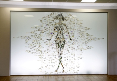 Reliéf bohyně Gaii je poskládaný z desítek motýlů, brouků, kůstek, tasemnic, šupin, rostlin a rybiček