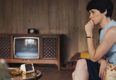 Představitelkou zapálené a neohrožené Janet Armstrong - Neilovy manželky a ženy, jejíž role je v tomto příběhu podstatná, je Claire Foy (The Crown kanálu Netflix).