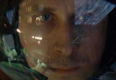 Ačkoli Armstrong byl známý jako člověk, který si velmi hlídá soukromí, po setkání s tvůrci souhlasil s filmovou adaptací svého života.
