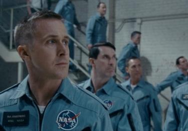 """První muž, natočený podle knihy Jamese R. Hansena """"První muž: Život Neila A. Armstronga"""", nabízí pohled do soukromého života hrdiny."""