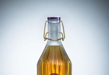 Každá z aukčních lahví reprezentuje jednu dekádu posledních sta let prostřednictvím milníku, který připíjí na hodnotu reprezentující danou událost