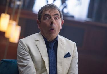 Johnny English znovu zasahuje: Abychom si rozuměli, Johnnyho Englishe (Rowan Atkinson), penzionovaného tajného agenta, který se na stará kolena stal učitelem, by do služeb vlasti za normálních okolností nepovolal ani ten největší šílenec.