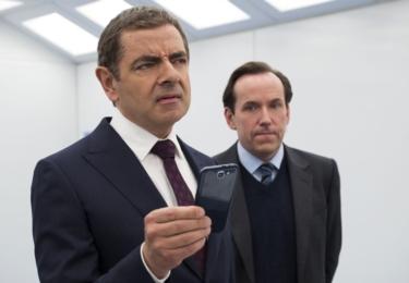 English se navíc vydává do akce vybaven věrným asistentem Boughem (Ben Miller), který po něm obvykle uklízí následky jeho činů.