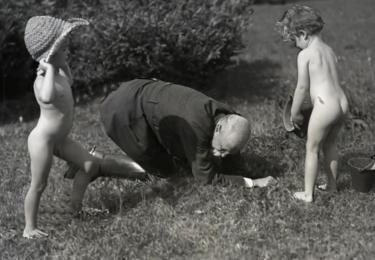 TGM s dětmi. Foto Facebook Národního muzea, repro video