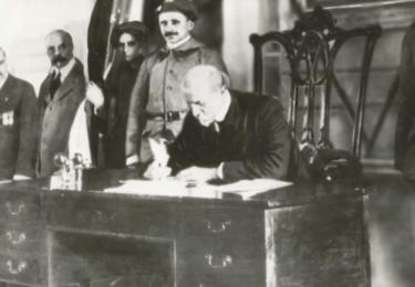 TGM podepisuje Pittsburskou dohodu. Foto Facebook Národního muzea, repro video