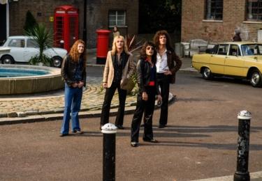 Členy skupiny – Briana Maye, Rogera Taylora a Johna Deacona – hrají Gwilym Lee, Ben Hardy a Joe Mazzello.