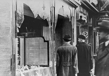 Křišťálová noc na Karlovarsku: Zničená výloha židovského obchodu v Karlových Varech, foto Wikimedia
