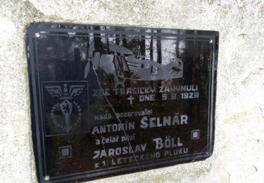 Deska u pomníku