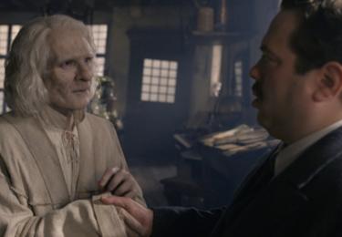 Nicolas Flamel a Jakob Kowalski. Fantastická zvířata: Grindelwaldovy zločiny. Foto Warner Bros. Pictures