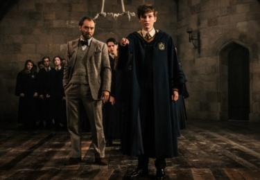 Mlok jako student Bradavic s Brumbálem, který tam tehdy učil ochranu proti černé magii. Fantastická zvířata: Grindelwaldovy zločiny. Foto Warner Bros. Pictures