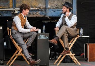 Eddie Redmayne a Jude Law z natáčení. Fantastická zvířata: Grindelwaldovy zločiny. Foto Warner Bros. Pictures