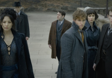 Zleva: Yusuf, Nagini, Jakob, Mlok, Tina a Theseus. Fantastická zvířata: Grindelwaldovy zločiny. Foto Warner Bros. Pictures