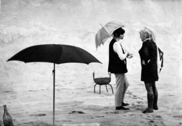 Ester Krumbachová, foto ČT / repro. Zleva Věra Chytilová a Ester Krumbachová při práci na podobenství Ovoce stromů rajských jíme v roce 1969, fotografoval Jaromír Komárek