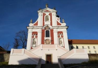Kostel svatého Václava, který je přilehlý k zámku
