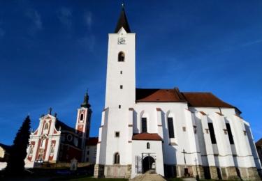 Kostel svatého Václava (vlevo) a svatého Michaela (vpravo)