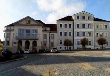 Náměstí s historickými budovami spořitelny a školy
