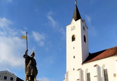 Náměstí s kostelem a sochou svatého Václava