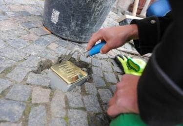 Židovská obec Liberec na pěti místech v Liberci nechala vsadit do dlažby dalších 12 Kamenů zmizelých, foto Město Liberec
