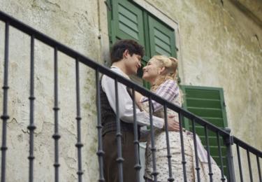 Ústřední dvojice. Dana Droppová hraje Hodinářovu dceru Lauru, do níž se Urban zamiluje. Pro herečku je tato pohádka první velkou filmovou příležitostí.
