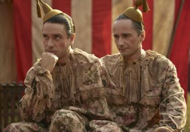 Urbanovi pomáhají rady dobrých duchů osudu (v podání Václava Neužila a Jaroslava Plesla), kteří jsou v panoptiku také nuceni vystupovat jako siamská dvojčata.