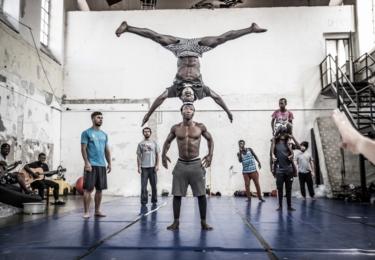 Snímek z dokumentu Michala Vargy o unikátní spolupráci pražského cirkusového ansámblu La Putyka a rwandského souboru Future Vision Acrobat, který jeho zakladatel Eliseé vytvořil z převážně z osiřelých dětí.  Foto ČT