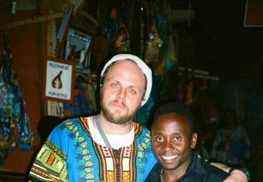 Eliseé jako dítě přežil rwandskou genocidu. Dnes ve své zemi, jejíž rozpočet ze 40% závisí na mezinárodní pomoci, vede akrobatickou skupinu složenou z osiřelých dětí a věří, že děti ulice najdou v činnosti souboru smysl života. Foto ČT