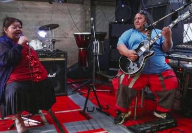 """Před dvěma lety Bílé nabídl účinkování ve skupině Džino Rom-Rock kapelník Dušan """"Džino"""" Čonka. Ten se pokouší o propojení romského folklóru a tvrdého rocku."""