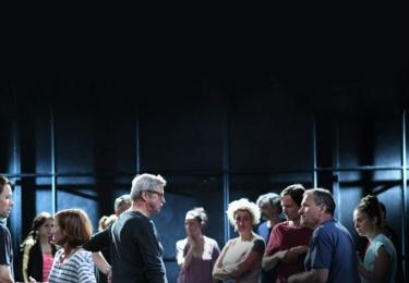 Slavné Dejvické divadlo nezíská grant, musí sehnat peníze na svůj provoz a neslevit přitom ze svých uměleckých ambicí. Tak začíná šestidílný komediální seriál Zkáza Dejvického divadla, jehož hlavním a jediným hrdinou je kolektiv této kultovní scény.