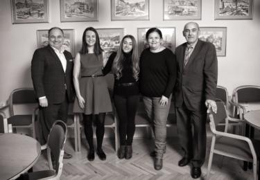 Na společné fotografii (zleva): Jan Birke (starosta Náchoda), Petra Bašová (zastupitelka), Jan Ježková (kadeřnice), Šárka Čmelíková (vizážistka), Jaromír Vejrych (ředitel MěSSS Marie)