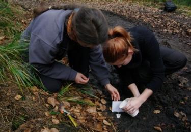 Dobrovolníci se naučili, jak správně udělat sádrový odlitek nálezu stop. Foto Facebook / Ochrana velkých šelem