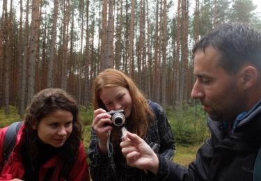 Nález srsti šelmy během terénní pochůzky, seminář pro nové dobrovolníky Vlčích hlídek. Foto Facebook / Ochrana velkých šelem