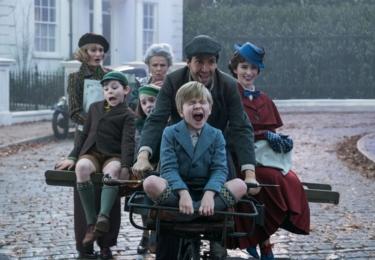Ve filmu hrají Ben Whishaw (Spectre, Dánská dívka), Emily Mortimer (Hugo a jeho velký objev, Newsroom), Julie Walters (Mamma Mia, na snímku vzadu), Colin Firth (Králova řeč) a Meryl Streep.