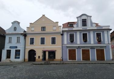 Historické domy na náměstí v Novém Kníně