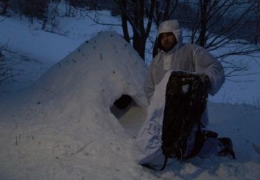 Stavba sněhové jeskyně, foto nadrotmistr Pavel Vystrčil