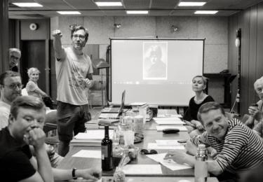 Právo: Nejvlastnějším aktérem inscenace je třináctičlenné mužské společenství, z něhož  vystupují jednotlivé postavy v podání Pavla Batěka, Igora Orozoviče, Matyáše Řezníčka, Jana Bidlase či Aloise Švehlíka.