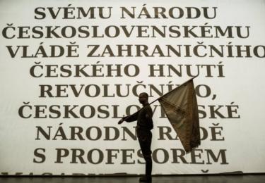 Právo: Nehavelkovsky iluzivní a patosu se nebránící závěr jako by stvrzoval oslavné zaměření inscenace.